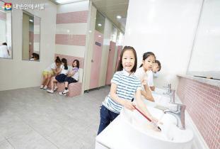 더럽고 불편한 학교 화장실 2020년까지 개선